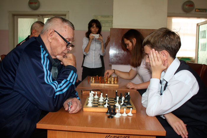 Игра в шахматы постояльцев Красноярского дома-интерната для инвалидов
