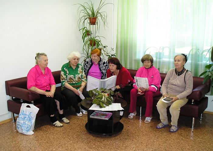 Пожилые люди проводят досуг