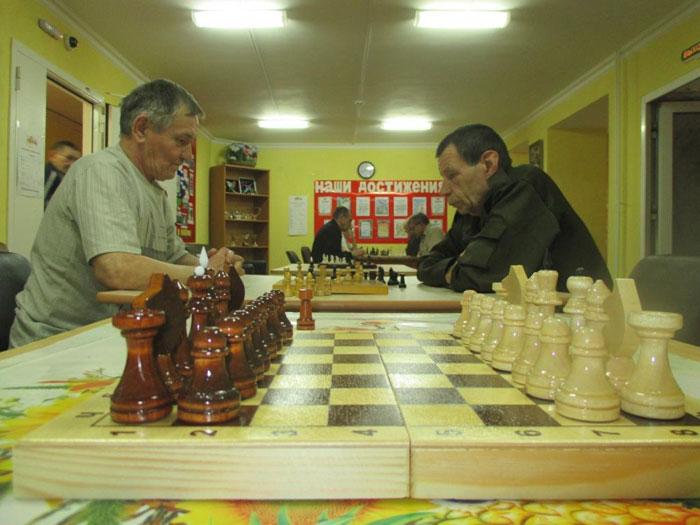 Игра в шахматы постояльцами