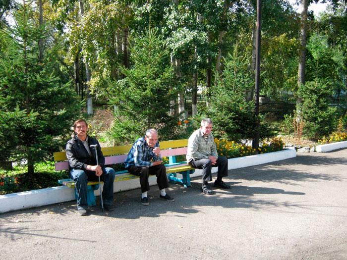 Постояльцы Черняевского дома-интерната для престарелых и инвалидов на прогулке