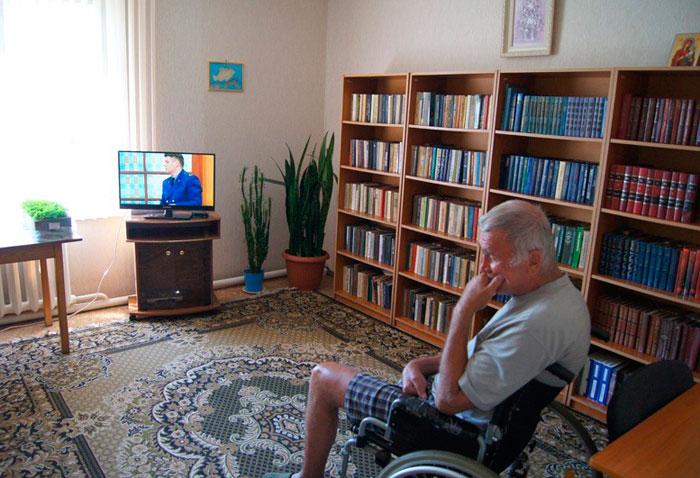Досуг жильцов в библиотеке Иннокентьевского дома-интерната для престарелых и инвалидов