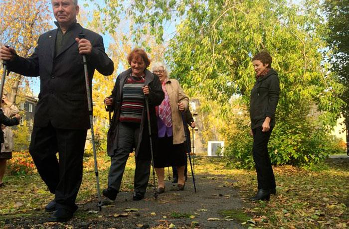 Занятия скандинавской ходьбой постояльцев геронтологического центра