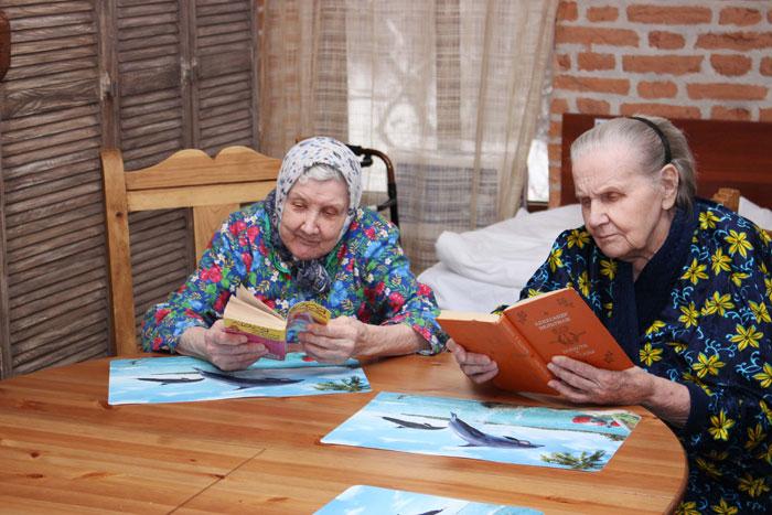 Чтение литературы постояльцами пансионата «Невский берег»