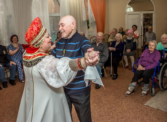 Танцы жителей дома престарелых «Лотос»