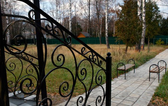 Территория Пансионата для пожилых «Теплые Беседы» Дмитров