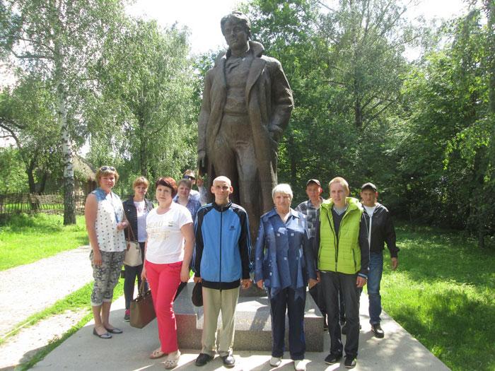Прогулка постояльцев Кимовского психоневрологического интерната