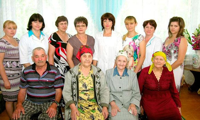 Постояльцы Мартыновского дома-интерната для престарелых и инвалидов
