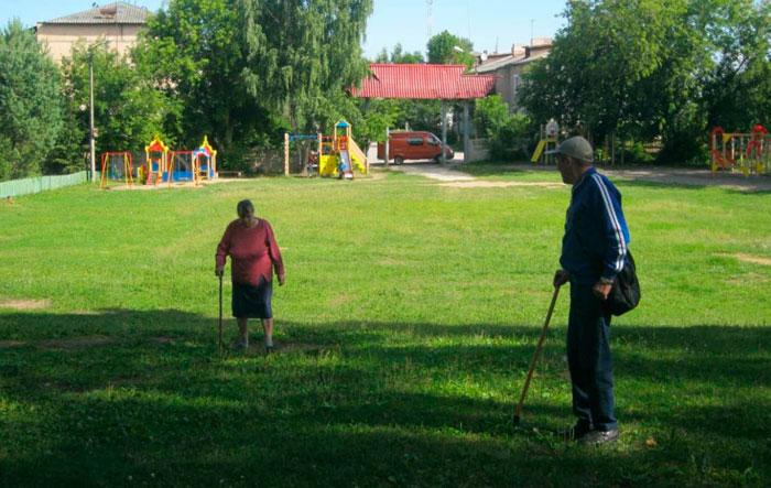 Прогулка постояльцев Мошенского дома-интерната для престарелых и инвалидов