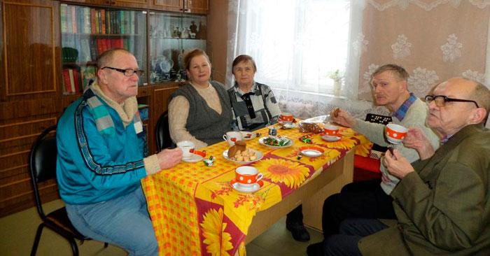 Чаепитие жильцов Новгородского дома-интерната для престарелых и инвалидов