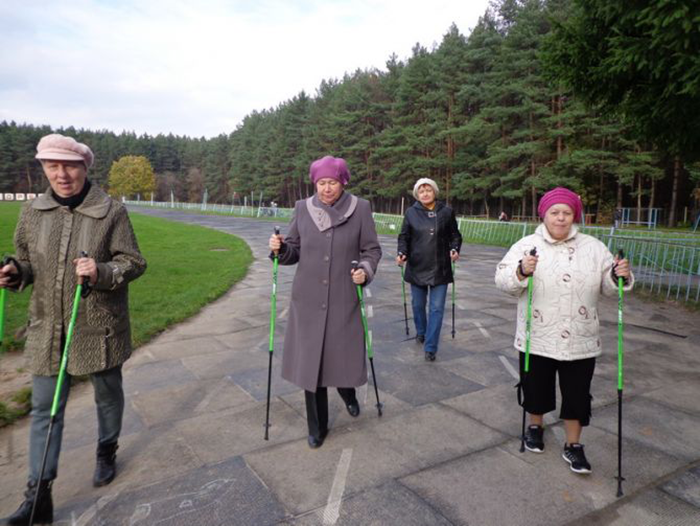 Занятие спортивной ходьбой для поддержания формы постояльцев