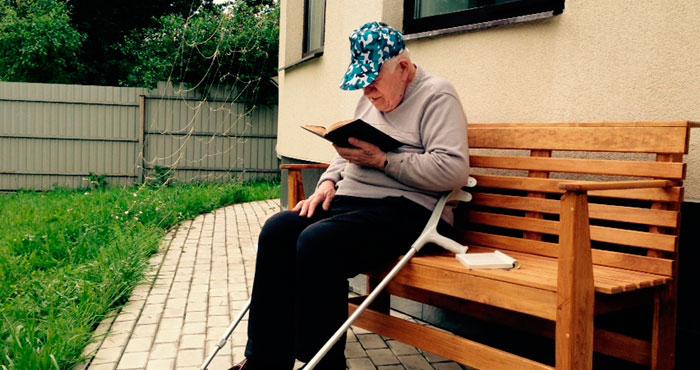 Чтение литературы жильцами пансионата «Академия долголетия» Сколково