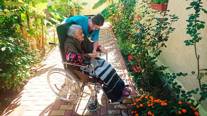 Прогулка жильцов пансионата для пожилых «Vitadimare»