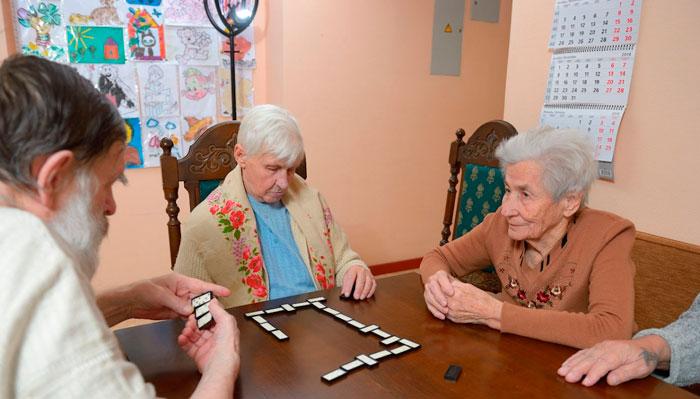 Игра в домино жителей дома престарелых в Мичуринском