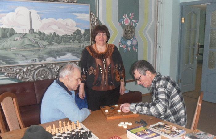 Игра в шашки постояльцев Великолукского дома-интерната для престарелых и инвалидов