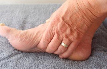 Судороги ног у пожилых людей, причины и лечение