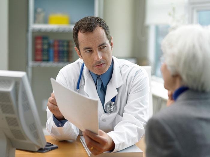 Консультация с врачом - для выяснения причин быстрой утомляемости в пожилом возрасте