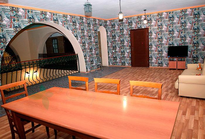 Холл второго этажа в пансионате для пожилых «Изумрудный» (Санкт-Петербург)