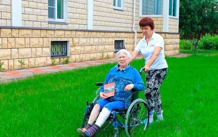 Прогулка жильцов в пансионате для пожилых Долгопрудный