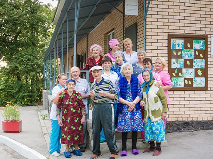 Постояльцы в пансионате для пожилых «Дубовая роща»