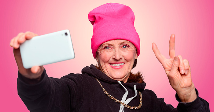 Современные пожилые люди активные пользователи смартфонов