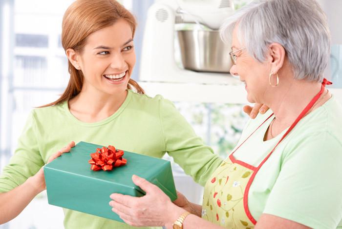 Что подарить бабушке на юбилей: лучшие идеи для подарков