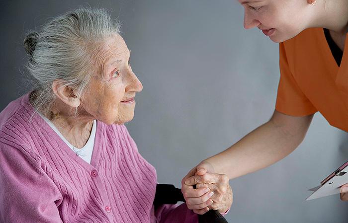 Уход сиделкой за пожилым человеком