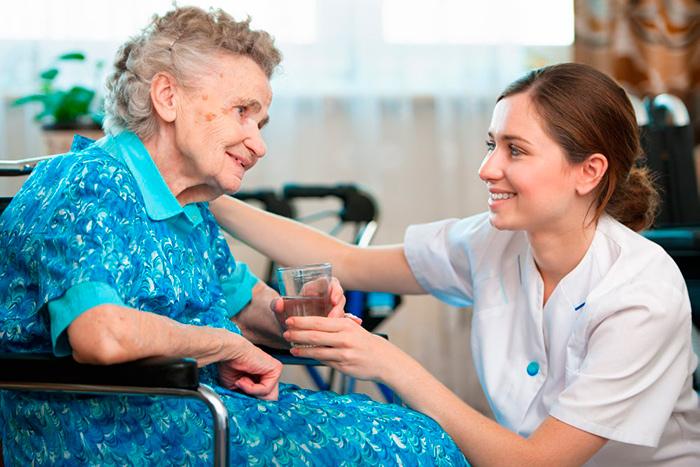 Пожилые люди требуют постоянного ухода
