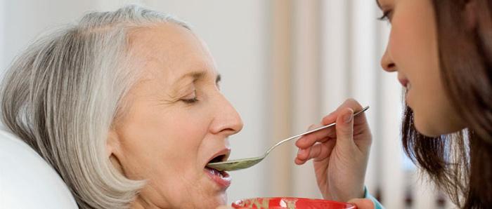 Помощь в кормлении больного деменцией
