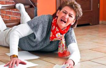 Чрезвертельный перелом бедра у пожилых людей: симптомы и лечениезаболевания