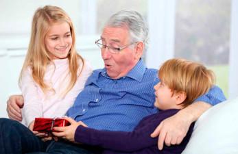 Что подарить дедушке на юбилей: самые креативные идеи презентов