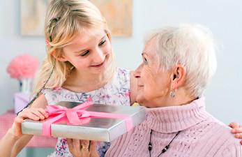 Что можно подарить бабушке на день рождение: популярные идеи презентов