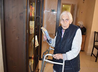 Библиотека в пансионате для пожилых «Долголетие» в Видном