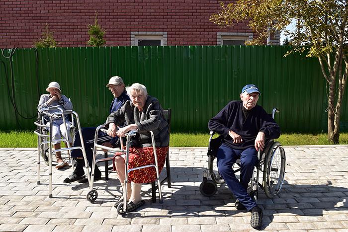 Прогулки постояльцев пансионате для пожилых «Долголетие» в Видном