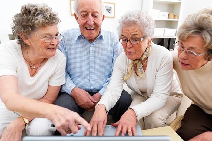 Изучение пенсионерами информации перед получением выплат за детей
