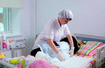 Как одевать памперсы лежачим больным: четкий алгоритм действий