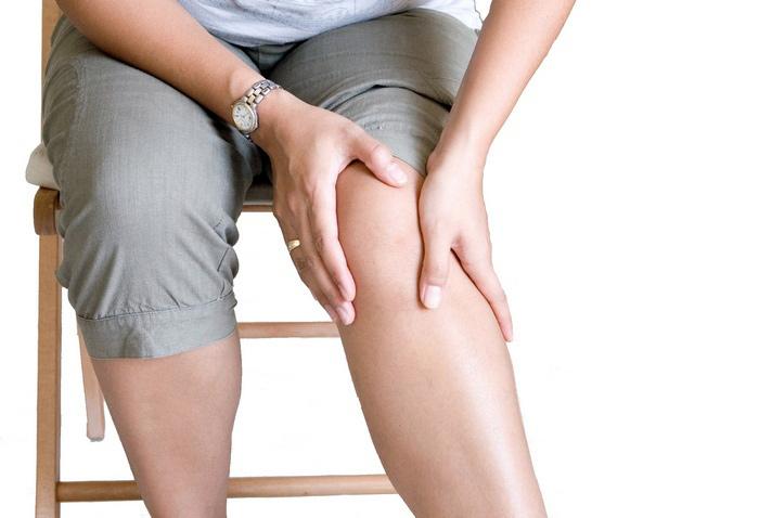 При боли в коленях делается массаж скручивающимися движениями в районе средних суставов среднего и безымянного пальца