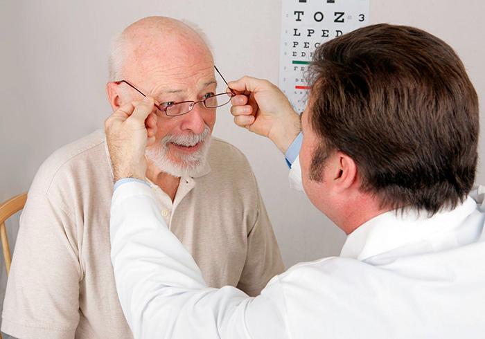 Диагностика зрения врачом, для получения квоты на лечение
