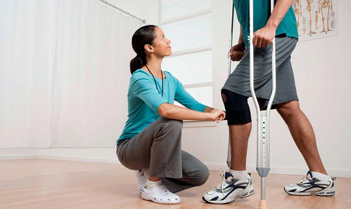 ЛФК под наблюдением специалиста во время восстановления после артроскопии коленного сустава