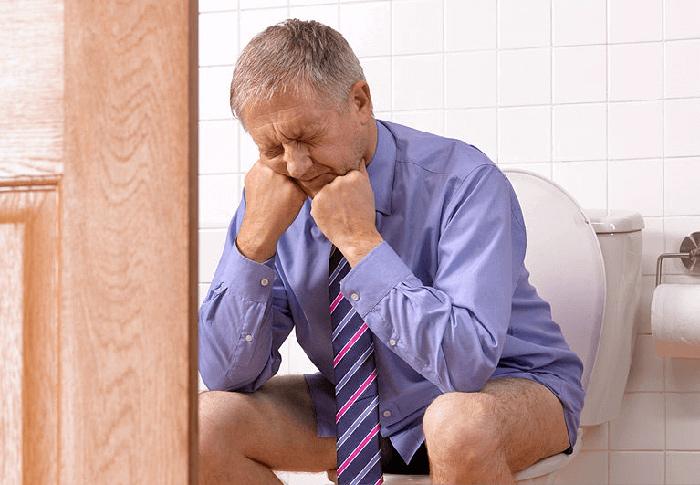 Сильные болевые ощущения при дефекации - главный симптом геморроя