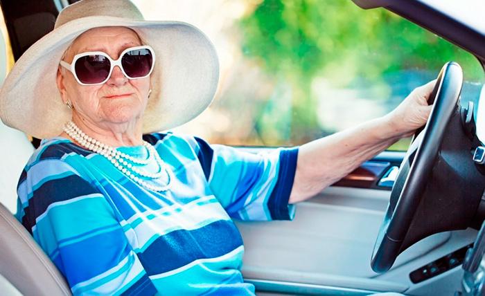 Пенсионер за управлением автомобиля