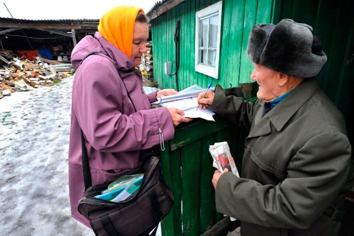 Выплата почтальоном пенсий жителям села
