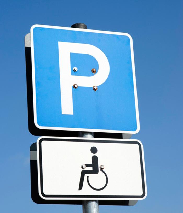 Знак обозначающий льготную парковку для инвалидов