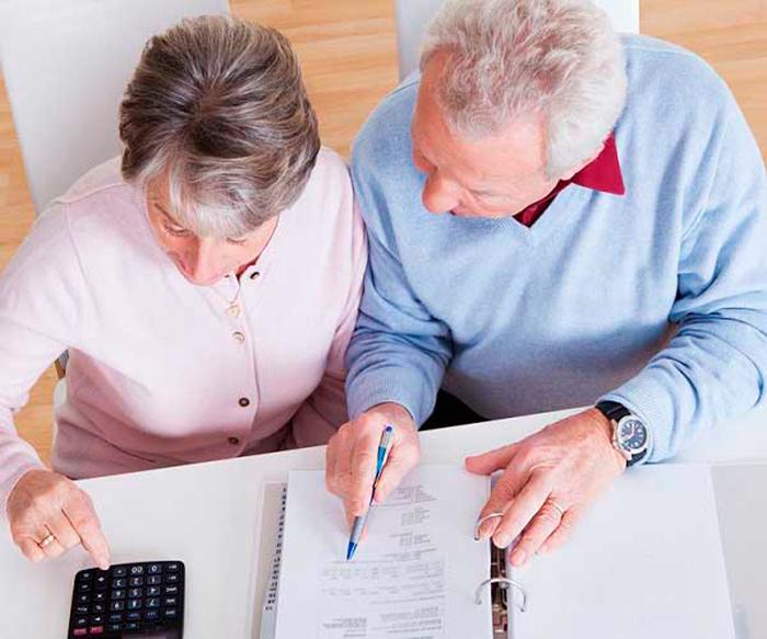 Изучение трудового договора пенсионера перед увольнением
