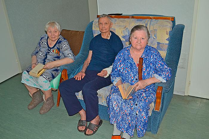 Чтение книг на досуге в пансионате для пожилых «Семейные ценности»