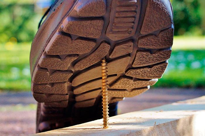Прокол ноги шурупом - распространённая травма на стройке