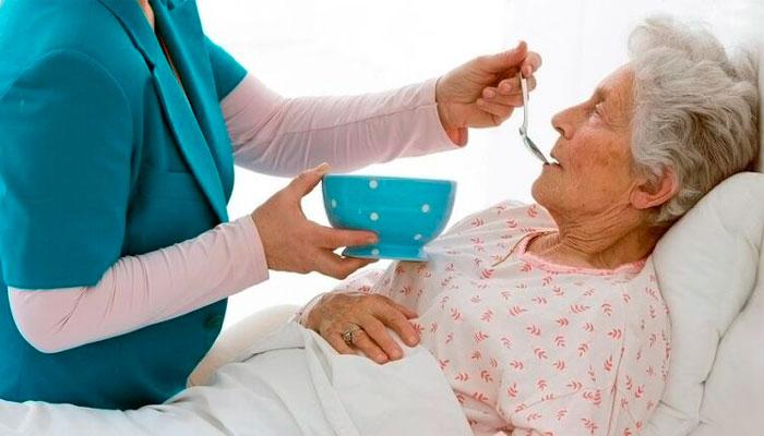 Кормление пожилых людей работниками патронажной службы «ХелпТайм»